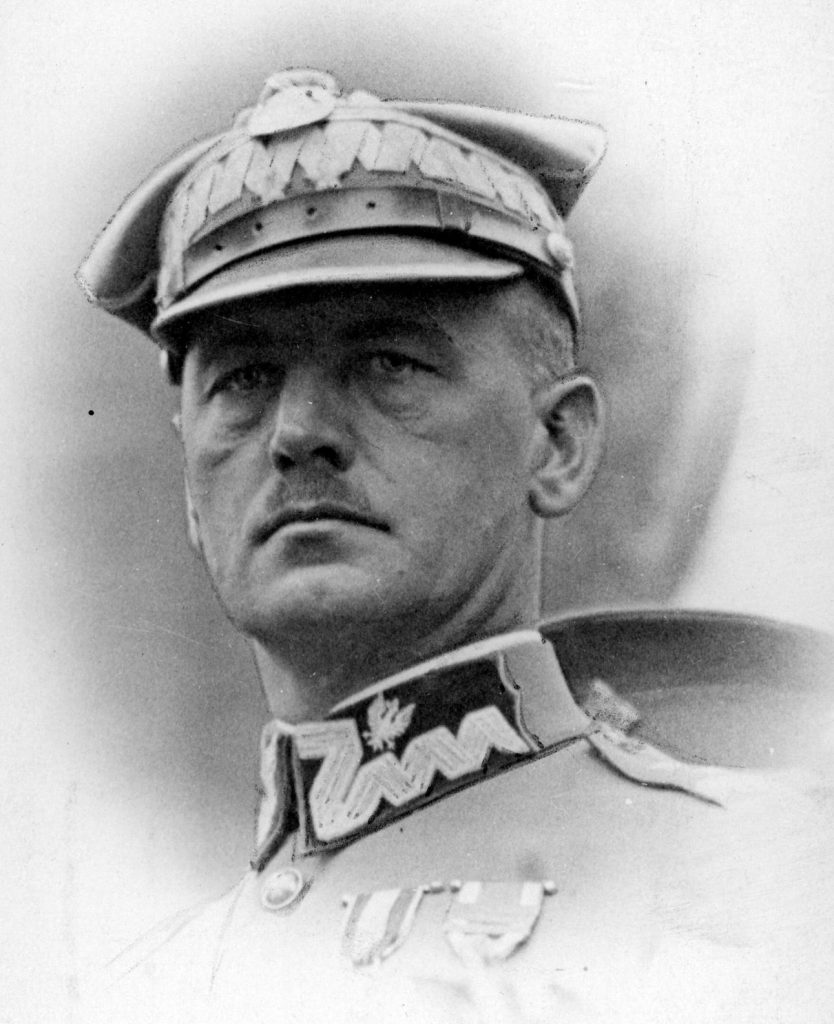 Władysław Sikorski na zdjęciu z okresu, gdy piastował funkcję ministra spraw wojskowych (domena publiczna).