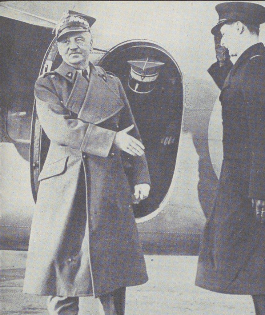 Generał Sikorski obok swojego samolotu po wylądowaniu w Stanach Zjednoczonych (domena publiczna).