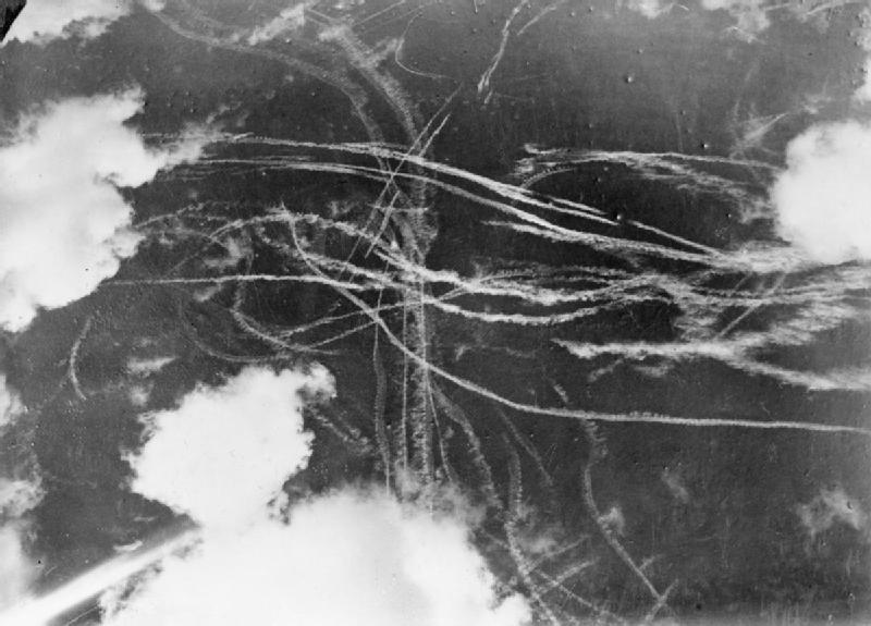Smugi kondensacyjne pozostałe po walce powietrznej w trakcie bitwy o Anglię (domena publiczna).
