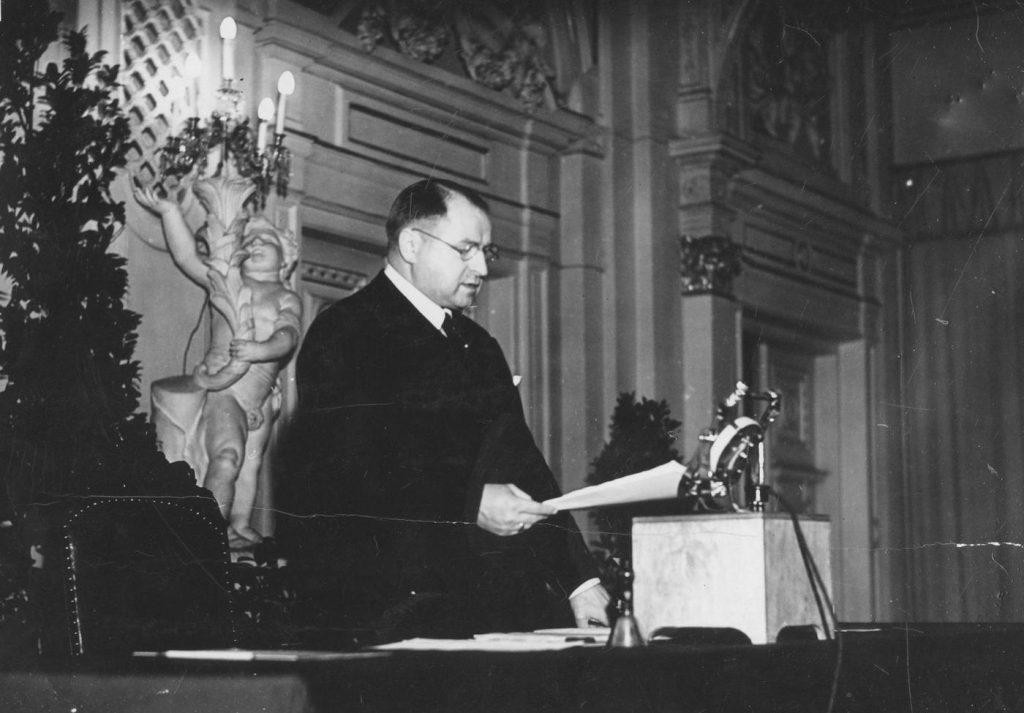 Stefan Starzyński na zdjęciu wykonanym w marcu 1939 roku (domena publiczna).