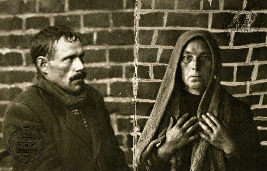 Szczepan Paśnik i jego żona Józefa na zdjęciu policyjnym. Fotografia z zasobu archiwalnego Muzeum Mazowsza Zachodniego w Żyrardowie.