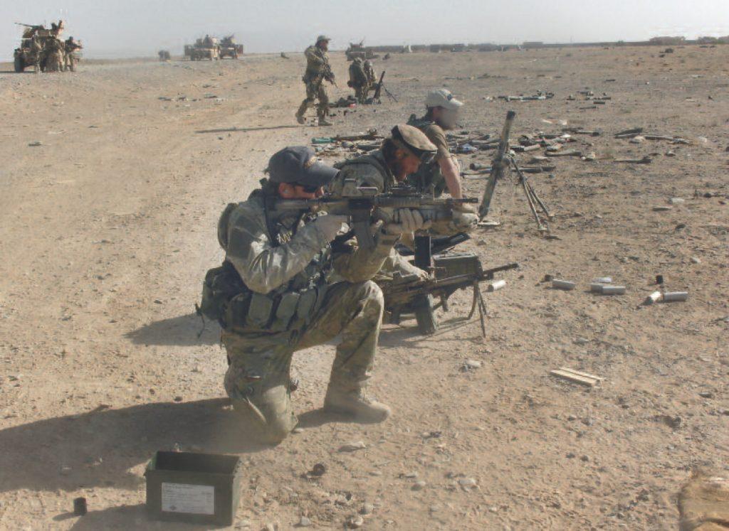 Trening ogniowy operatorów GROM-u w czasie misji w Afganistanie. Zdjęcie z książki Operator 594 (materiały prasowe).