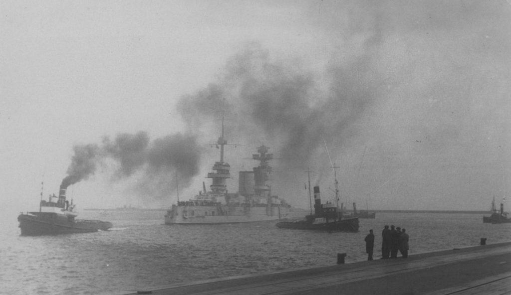 """Wizyta sowieckiego pancernika """"Marat"""" w Gdyni. Zdjęcie z 1934 roku (domena publiczna)."""