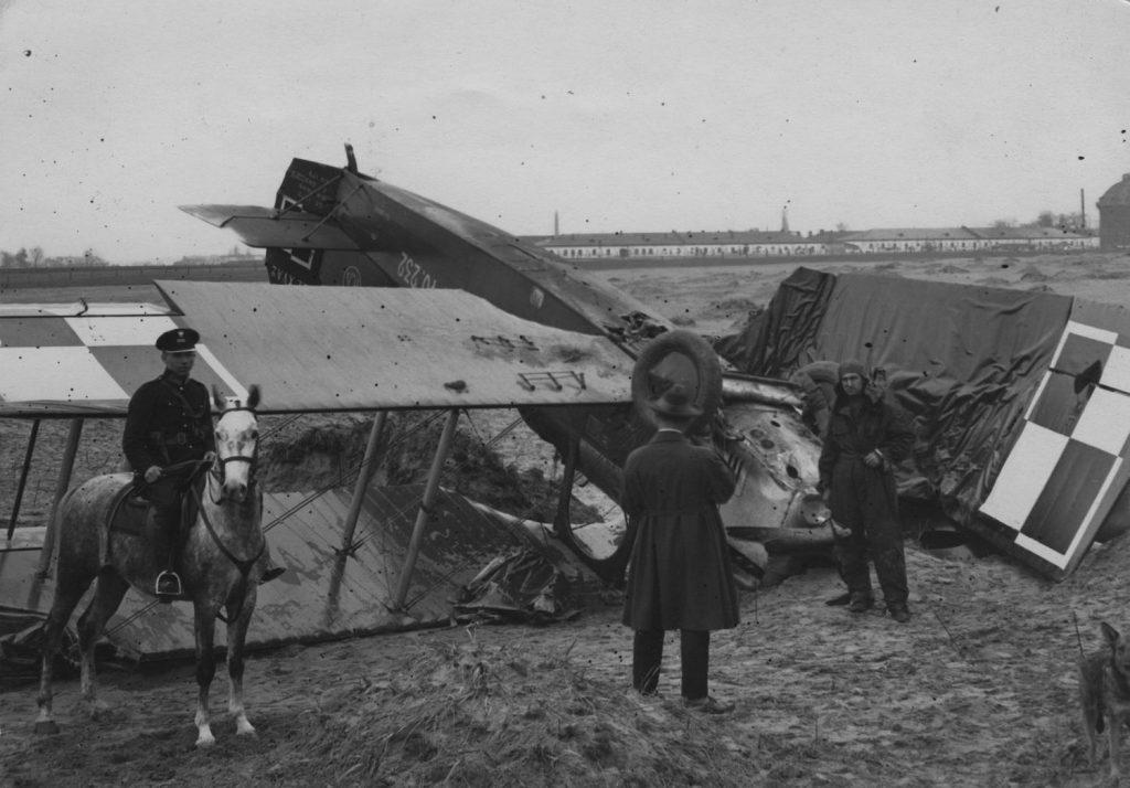 Wrak rozbitego samolotu Potez XV A2. Zdjęcie z 1926 roku (domena publiczna).