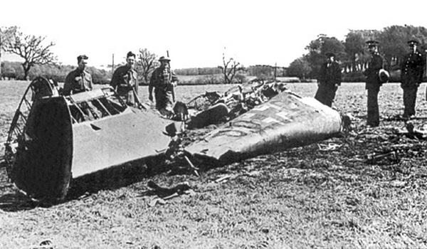 Wrak samolotu Rudolfa Hessa, którym leciał do Szkocji (domena publiczna).