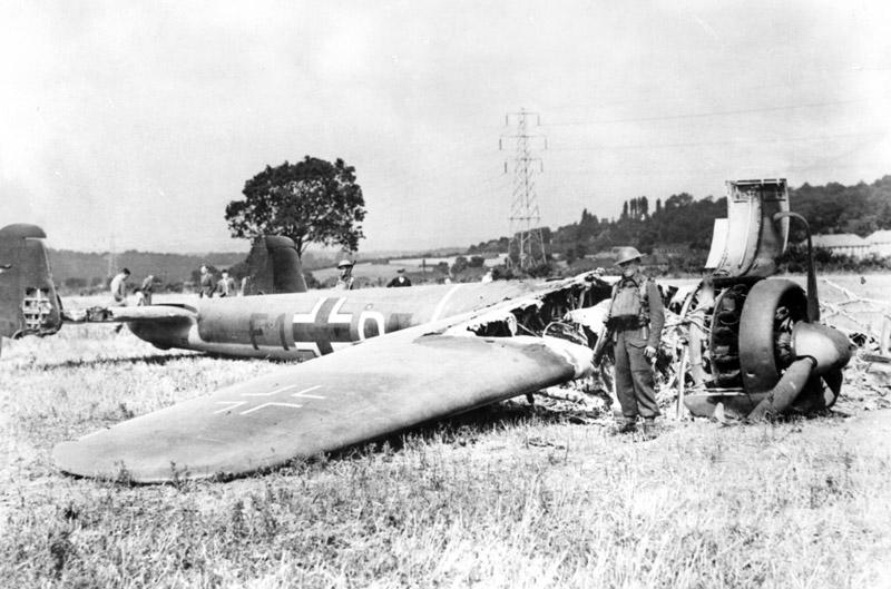Po zakończeniu wojny Brytyjczycy uznali, że tak naprawdę ich piloci zestrzeli o ponad jedną trzecią mniej niemieckich maszyn niż raportowali. Na zdjęciu wrak strąconego Dorniera Do 17 (domena publiczna).