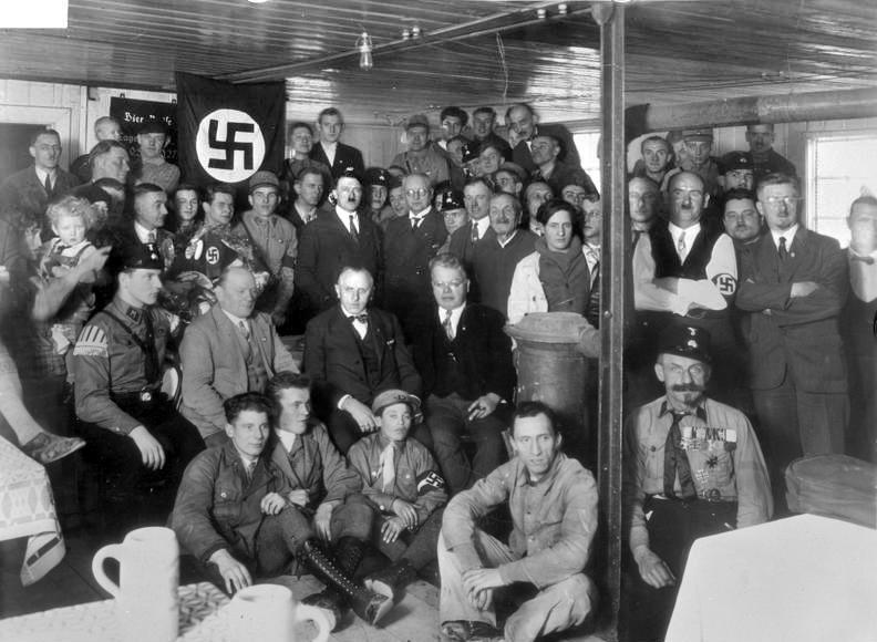 Adolf Hitler i jego sympatycy na zdjęciu wykonanym w Monachium pod koniec 1930 roku (Bundesarchiv/CC-BY-SA 3.0).