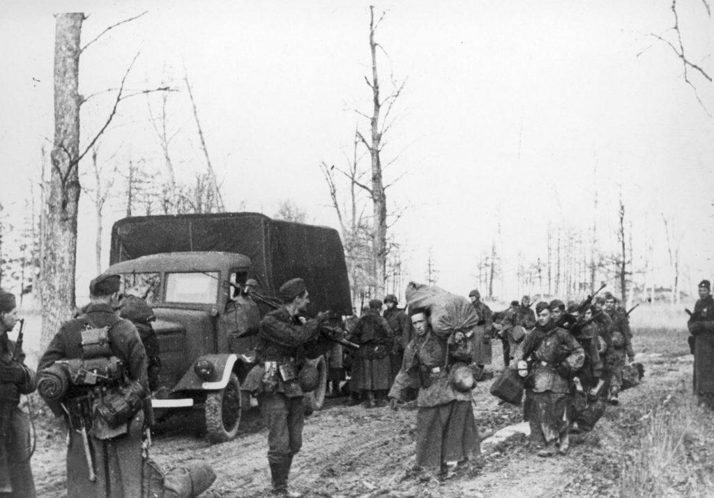 Belgijscy ochotnicy z Waffen-SS na froncie wschodnim (domena publiczna).