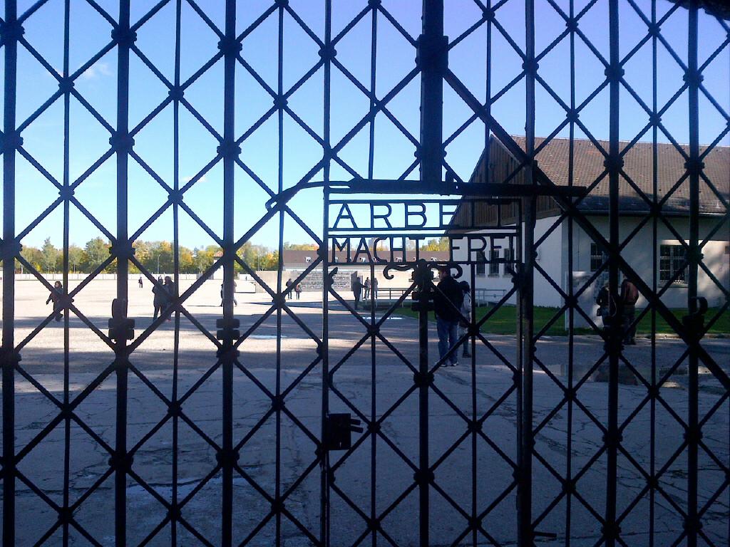 Zdaniem profesora Szaroty wiele wskazuje na to, że Stefan Starzyński zginął jednak w KL Dachau. Na zdjęciu obozowa brama (Rapsar/CC BY-SA 3.0).