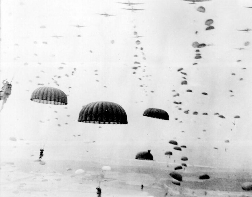 Brytyjscy spadochronowe lądujący w okolicach Arnhem (domena publiczna).