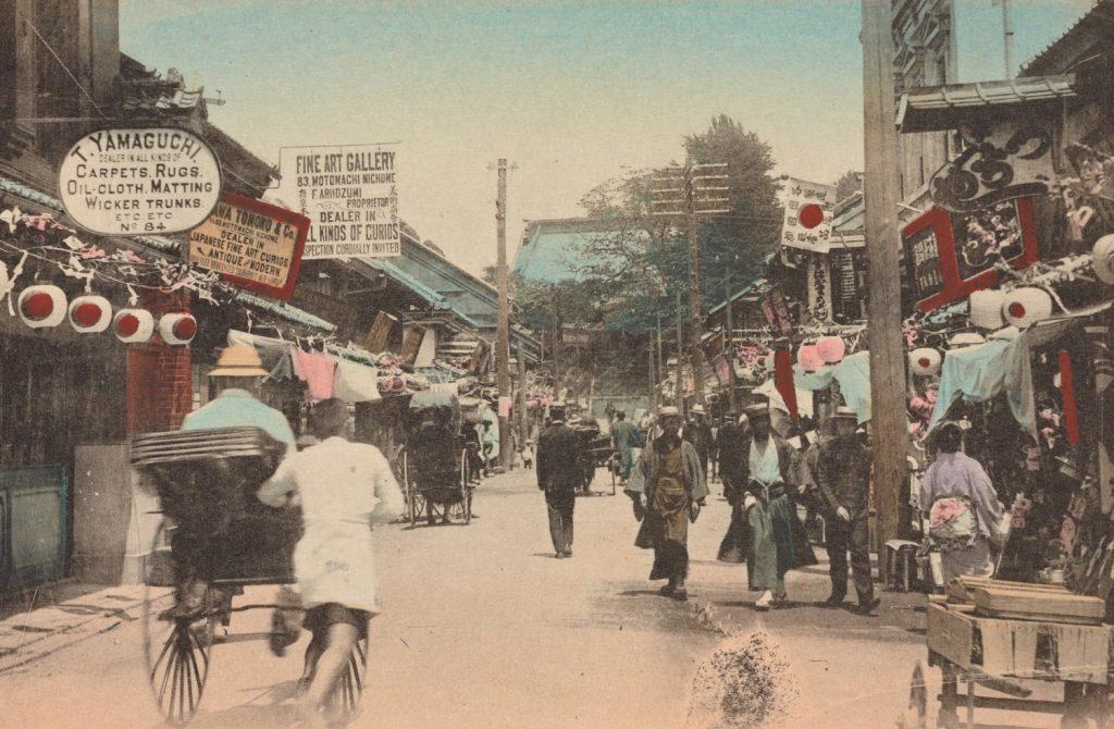 Celem podróży Piłsudskiego były Jokochama. Tutaj zdjęcie jeden z ulic wykonane na przełomie XIX i XX wieku (domena publiczna).