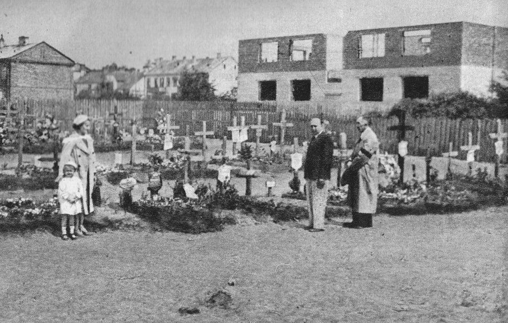 Groby ofiar masakry w Wawrze (domena publiczna).