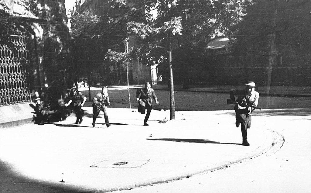 Jedynie niewielki procent powstańców ruszało do walki z bronią w ręku. Reszta miała ją zdobyć na wrogu (Eugeniusz Lokajski/domena publiczna).