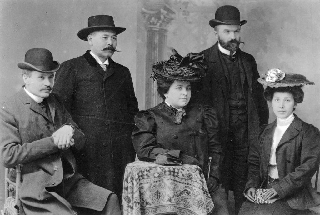 Józef Piłsudski (drugi od prawej) na zdjęciu z 1904 roku.