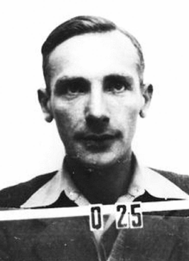 Józef Rotblat na zdjęciu wykonanym w okresie, gdy pracował przy budowie amerykańskiej bomby atomowej (domena publiczna).