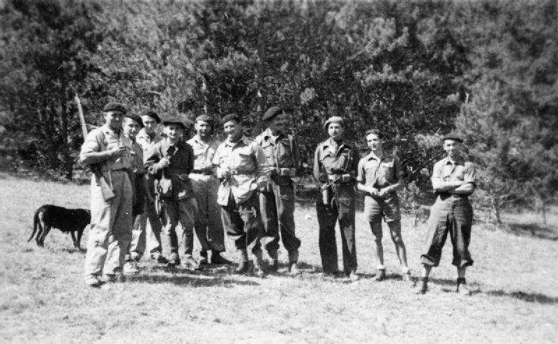 Krystyna Skarbek (druga od prawej) wśród francuskich partyzantów (domena publiczna).