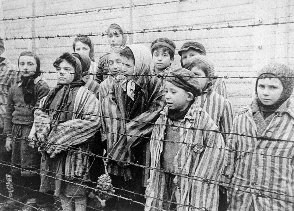Mengele zamordował w Auschwitz setki dzieci. Na zdjęciu najmłodsi więźniowie niemieckiej fabryki śmierci, którzy dotrwali do wyzwolenia w styczniu 1945 roku (Aleksander Woroncow/domena publiczna).