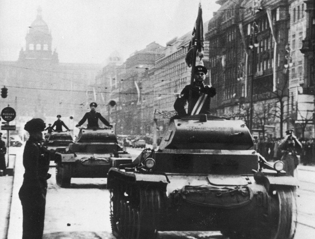Niemieckie wojska wkraczające do Pragi (domena publiczna).