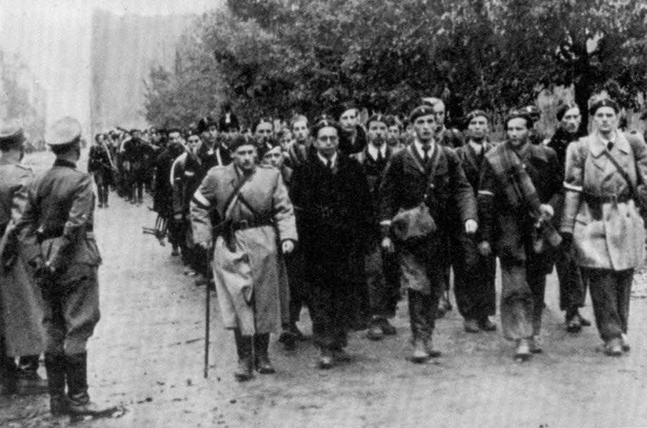 Powstańcy warszawscy maszerują do niewoli (domena publiczna).