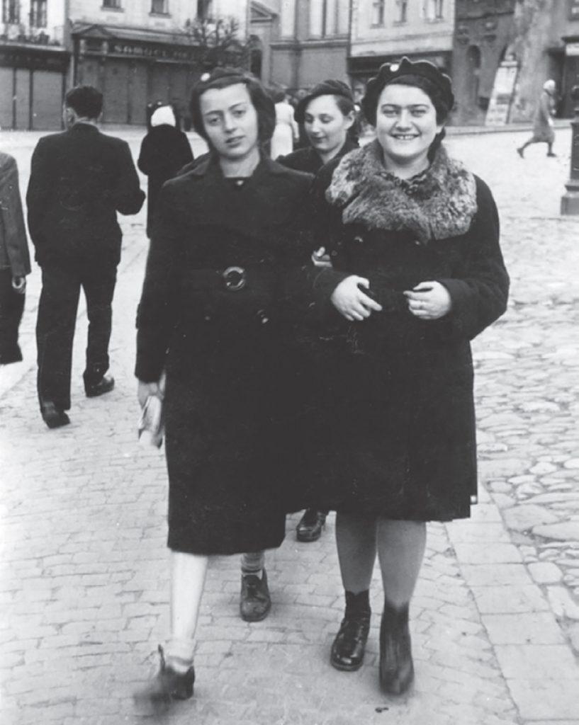 Renia (po prawej) i jej przyjaciółka Nora na zdjęciu z 1940 roku