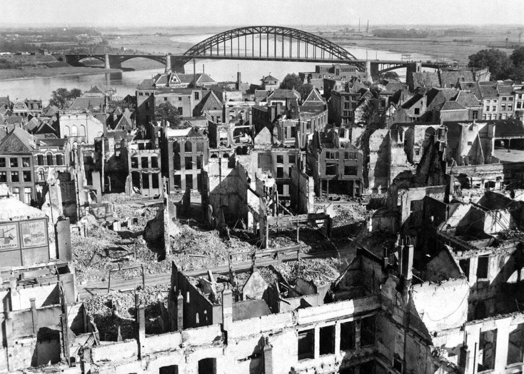 Ruiny Nijmegen na zdjęciu wykonanym 28 września 1944 (domena publiczna).