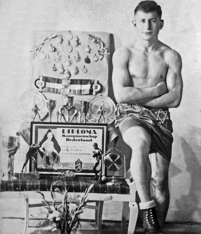 Leen Sanders jako zdobywca trofeów w latach 30.. Zdjęcie i podpis z książki Gladiatorzy z obozów śmierci (Kolekcja Josuy Ossendrijvera w Rotterdamie/materiały prasowe).