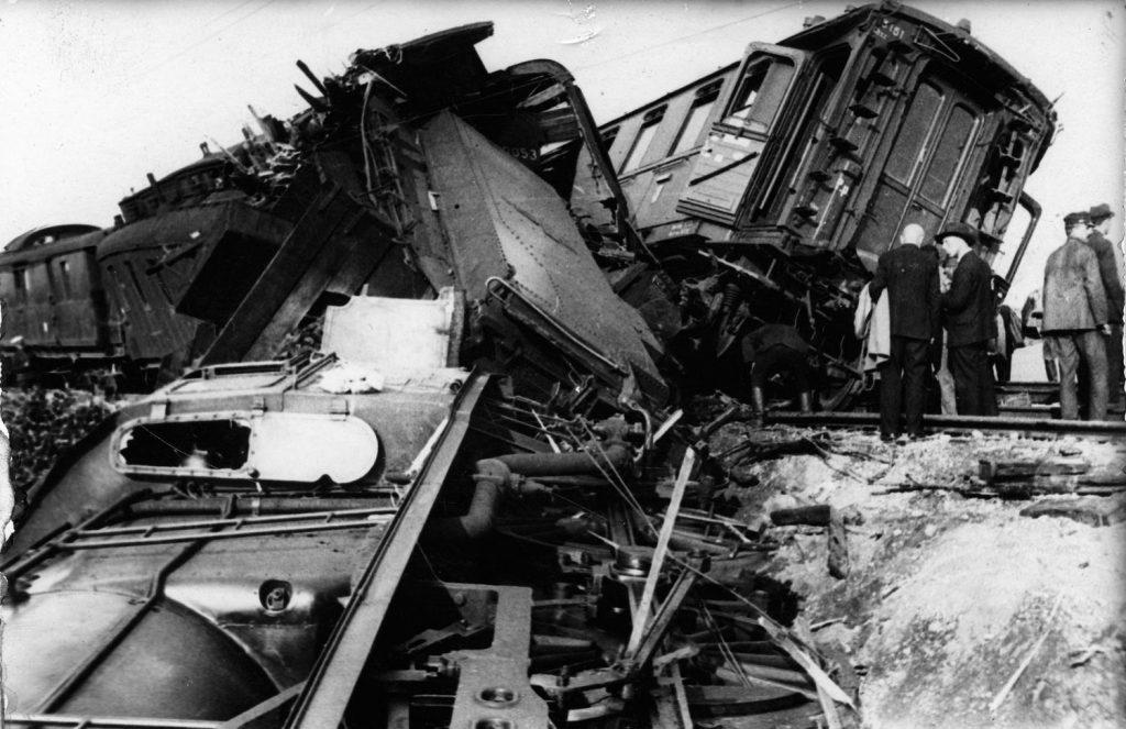 Skutki katastrofy kolejowej w miejscowości Baciuty na trasie Łapy-Białystok. Sierpień 1931 roku (domena publiczna).
