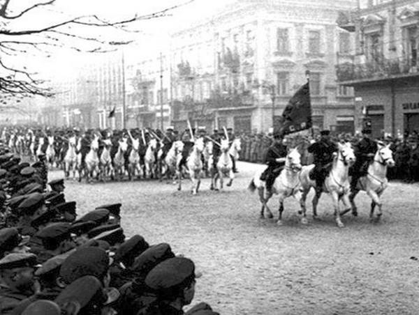 Defilada sowieckiej kawalerii we Lwowie (domena publiczna).
