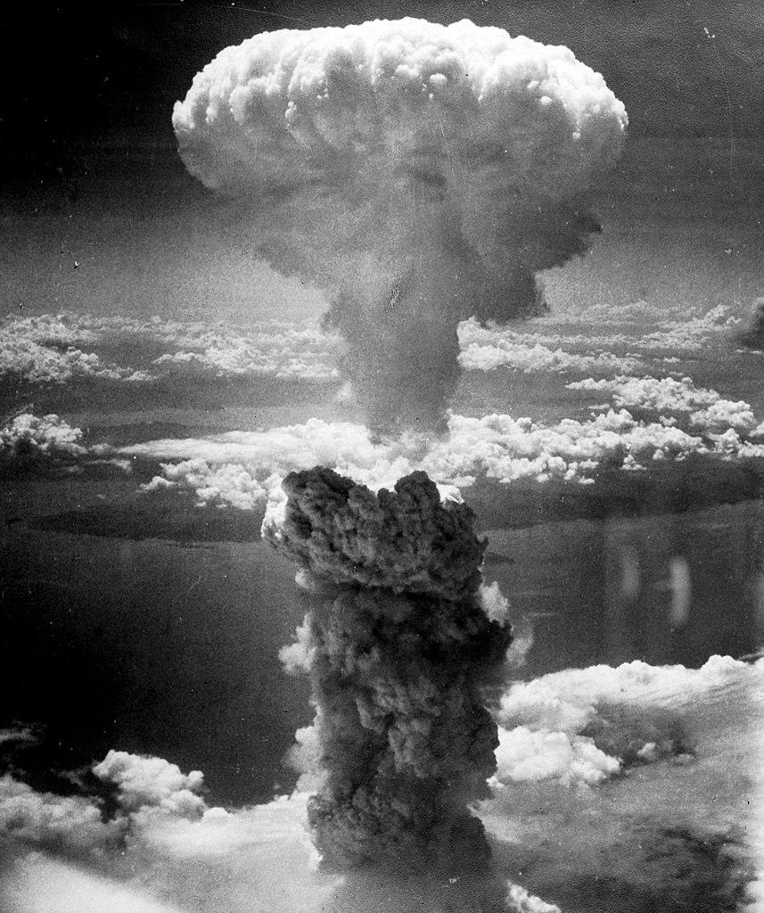 Rosblat przerażony skalą zniszczeń jakie powodowała broń jądrowa zaangażował się w ruch na rzecz rozbrojenia (domena publiczna).