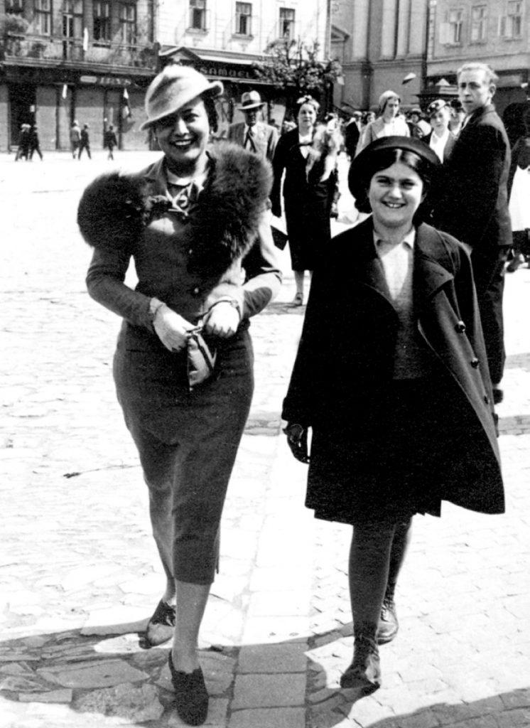 Zdjęcie Reni i jej mamy Róży wykonane w Przemyślu na krótko przed wybuchem II wojny światowej. Fotografia z książki Dziennik Reni Spiegel (materiały prasowe).