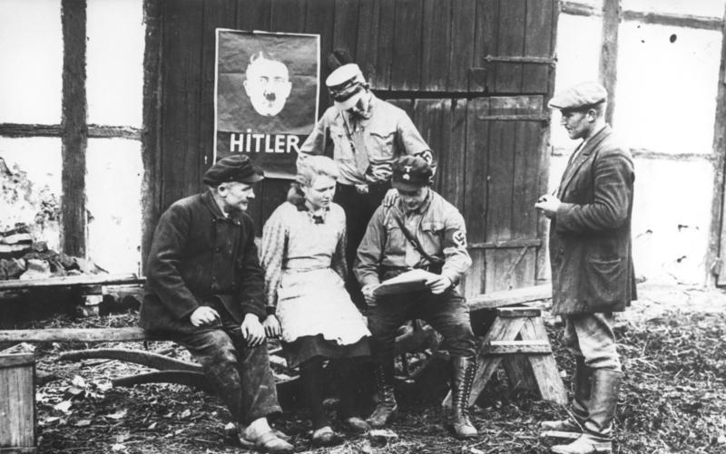 Zwolennnicy Adolfa Hitlera prowadzący agitację przed wyborami do Reichstagu w 1932 roku (Bundesarchiv/Herbert Hoffmann/CC-BY-SA 3.0).