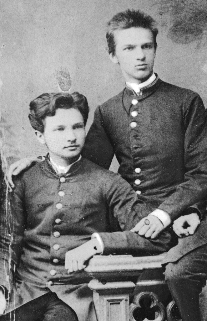 Bronisław (po lewej) i Józef na zdjęciu z 1885 roku (domena publiczna).