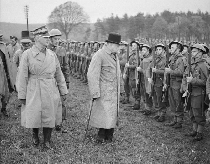 Brytyjscy planiści liczyli na pomoc polskich żołnierzy. Na zdjęciu z 1940 roku Churchill wizytuje polskie oddziały (domena publiczna).