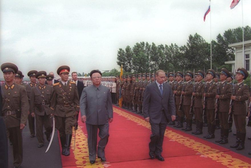 Gdy setki tysięcy Koreańczyków umierały z głodu Kim Dzong Il nie szczędził pieniędzy na wojsko. Na zdjęciu wizyta prezydenta Rosji Władymira Putin w Pjongjangu. Rok 2000 (Kremlin.ru/CC BY 4.0).