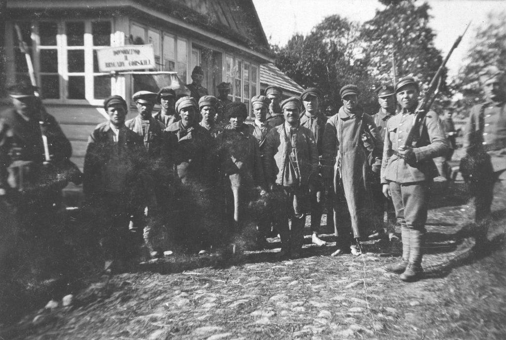 Grupa czerwonoarmistów wzięta do niewoli w 1920 roku (domena publiczna).