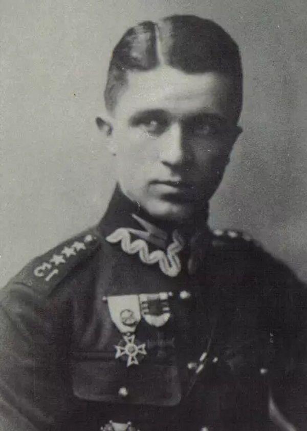 Jerzy Sosnowski na zdjęciu z okresu, gdy jako rotmistrz służył w 13 Pułku Ułanów Wileńskich (domena publiczna).