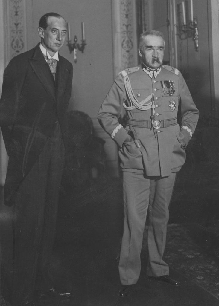 Marszałek Józef Piłsudski oraz minister Józef Beck na zdjęciu wykonanym w październiku 1934 roku (domena publiczna).