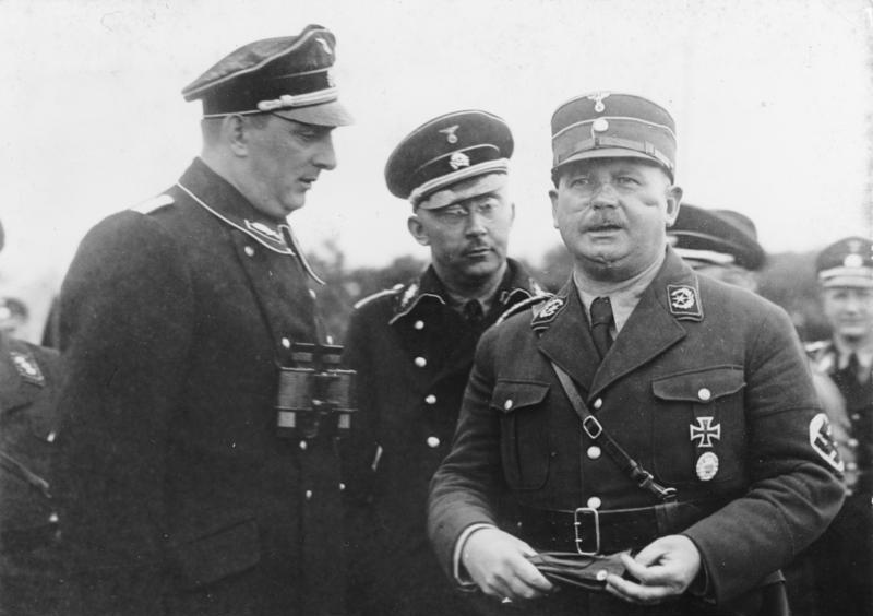 Kurt Daluege, Heinrich Himmler, Ernst Röhm. Zdjęci z sierpnia 1933 roku ((Bundesarchiv/CC-BY-SA 3.0).