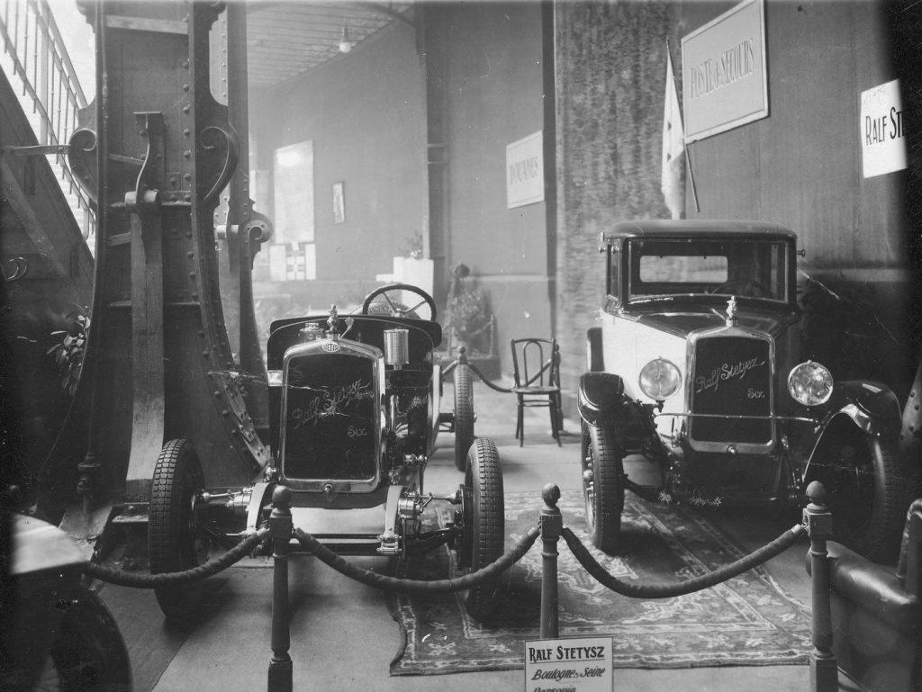 Samochody Ralf-Stetysz na Międzynarodowym Salonie Samochodowym w Paryżu w 1927 roku (domena publiczna).