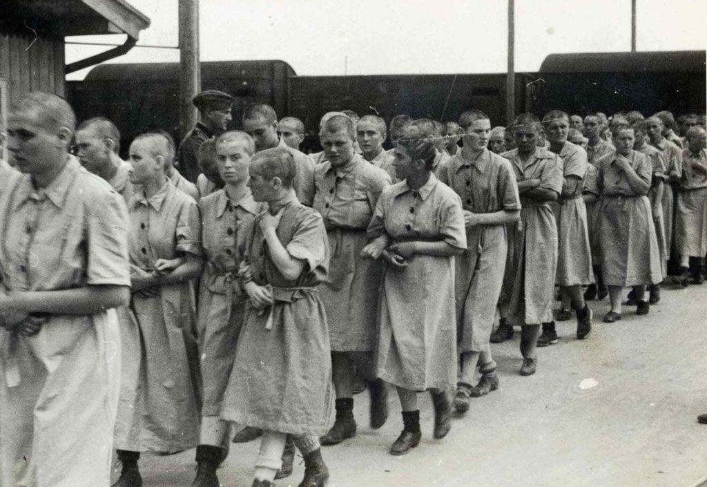 Więźniarki Auschwitz-Birkenau na zdjęciu z 1944 roku (domena publiczna).