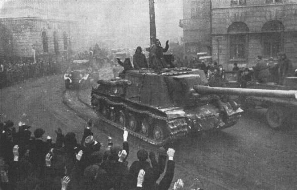 Wkraczający do Polski, jako oswobociciele czerwonoarmiści dopuszczali się masowych gwałtów. Na zdjęciu Armia Czerwona w Łodzi (domena publiczna).