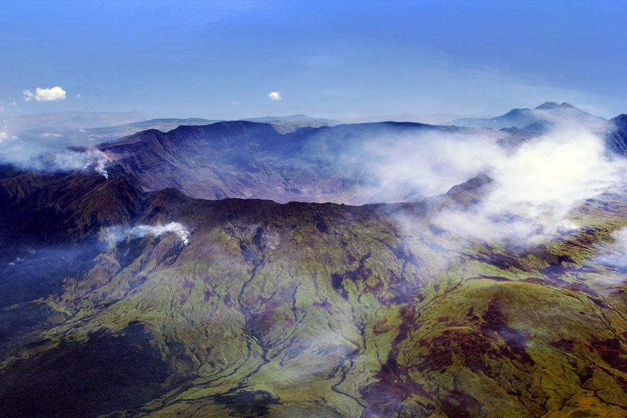 Wulkan Tambora nw współczesnym zdjęciu (Jialiang Gao/CC BY-SA 3.0).