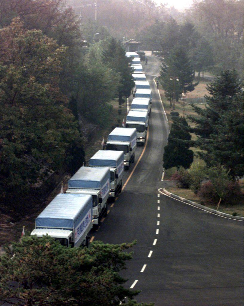 Znaczna część międzynarodowej pomocy dla głodującej ludności Koreii Północnej została rozkradziona. Na zdjęciu z października 1998 roku transport bydła domowego z Korei Południowej dla dotkniętego głodem sąsiada z północy (domena publiczna).