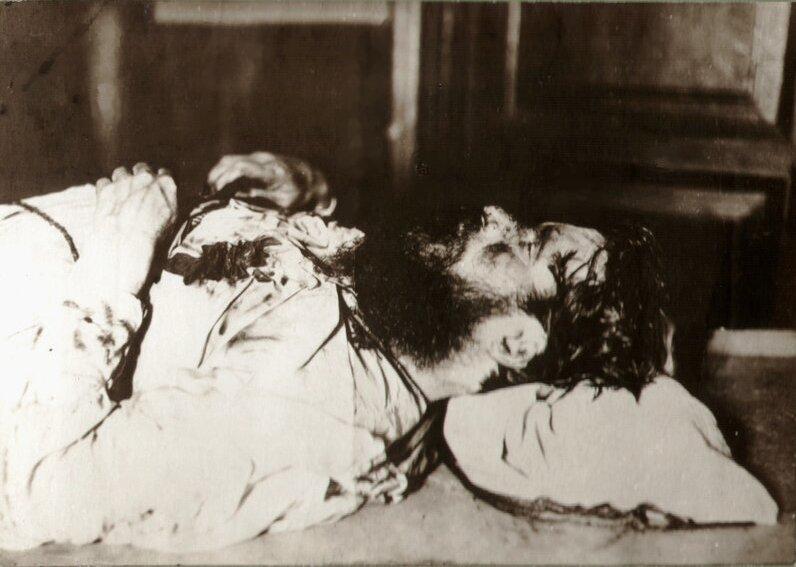 Ciało Rasputina po tym jak już rozmarzło po wyłowieniu z rzeki (domena publiczna).