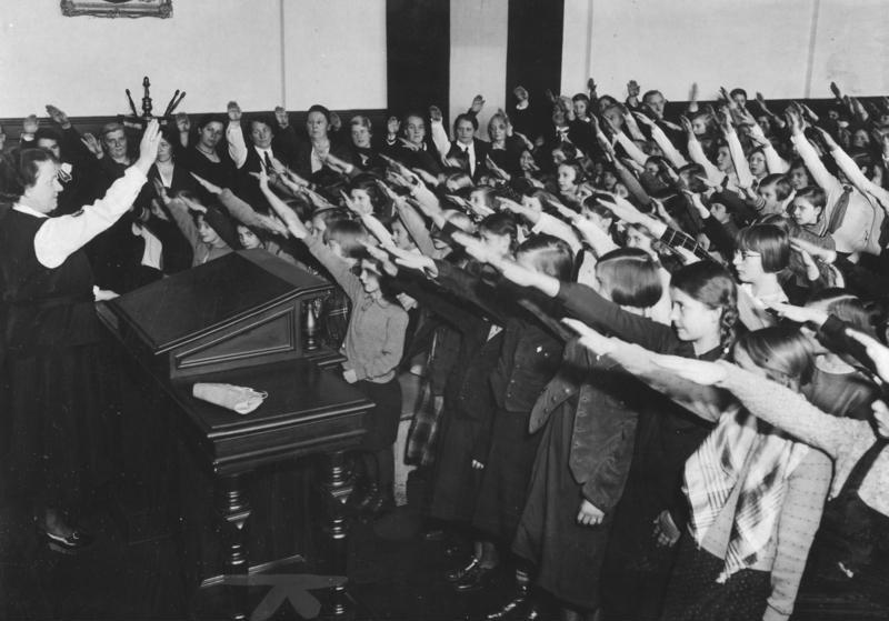 Dzieci wykonujące nazistowski salut (Bundesarchiv/CC-BY-SA 3.0).