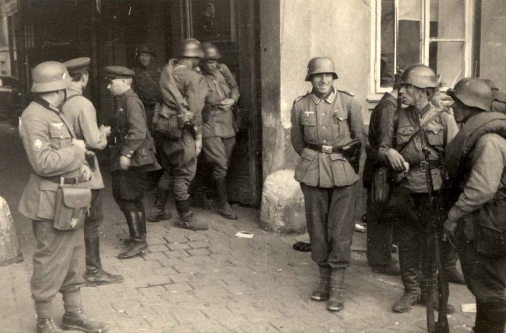 Gdy Armia Czerwona wkroczyła do Lwowa we wrześniu 1939 roku Herbert miał 15 lat. Na zdjęciu niemieccy i sowieccy żołnierze we Lwowie (domena publiczna).