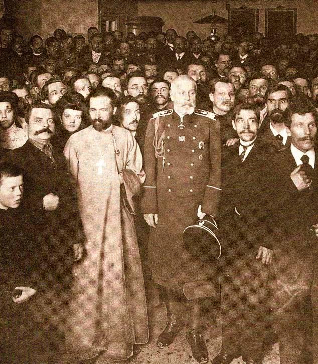 Gapon (z krzyżem na piersi) i gradonaczalnik Petersburga Iwan Fullon wśród członków Stowarzyszenia Rosyjskich Robotników Fabrycznych Miasta Petersburga. 1904  rok (domena publiczna).