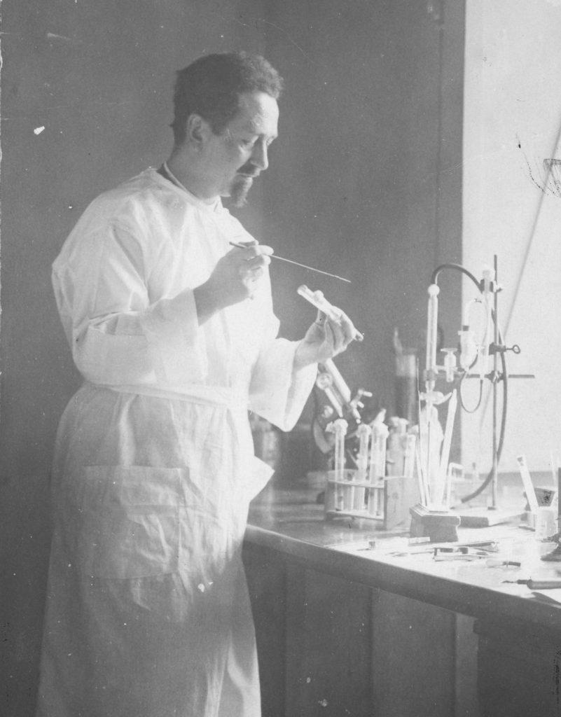 Herber był wśród karmicieli wszy, których zatrudniał profesor Rudolf Weigl w czasie prac nad szczepionką na tyfus (domena publiczna).