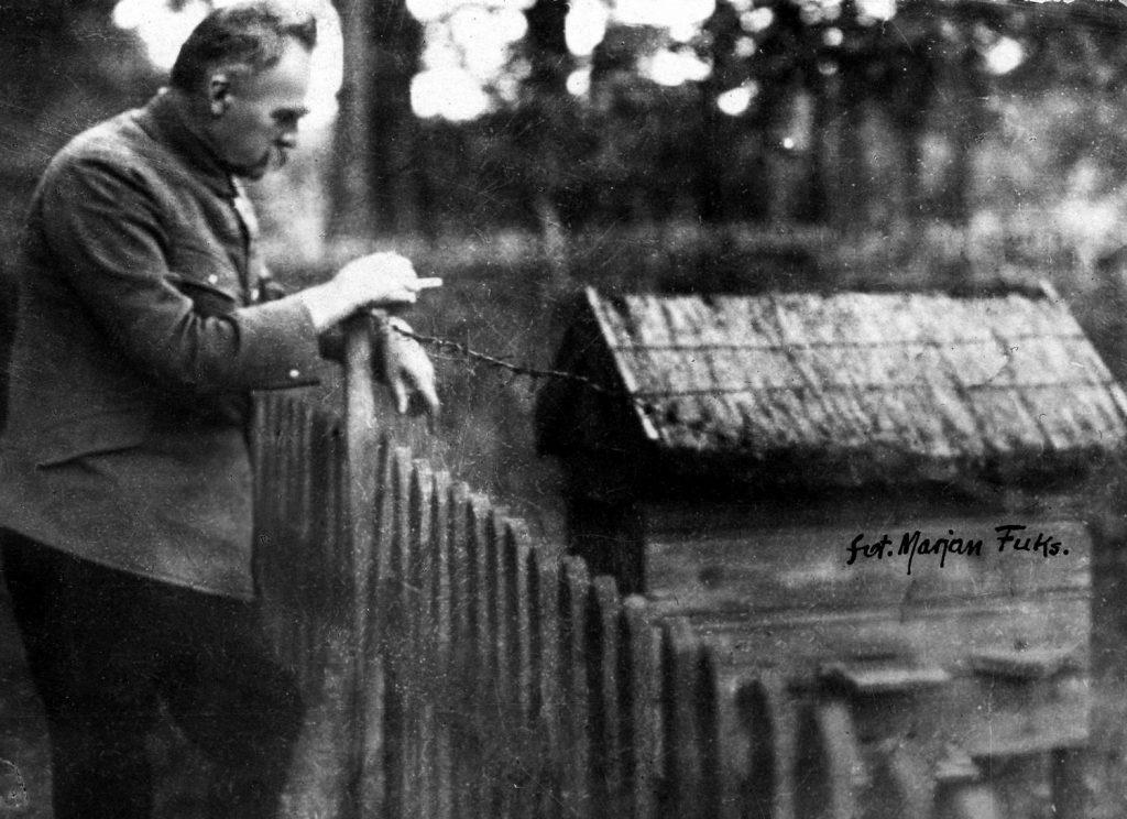 Józef Piłsudski przyglądający się ulowi w Sulejówku. Zdjęcie z 1924 roku (Marian Fuks/domena publiczna).