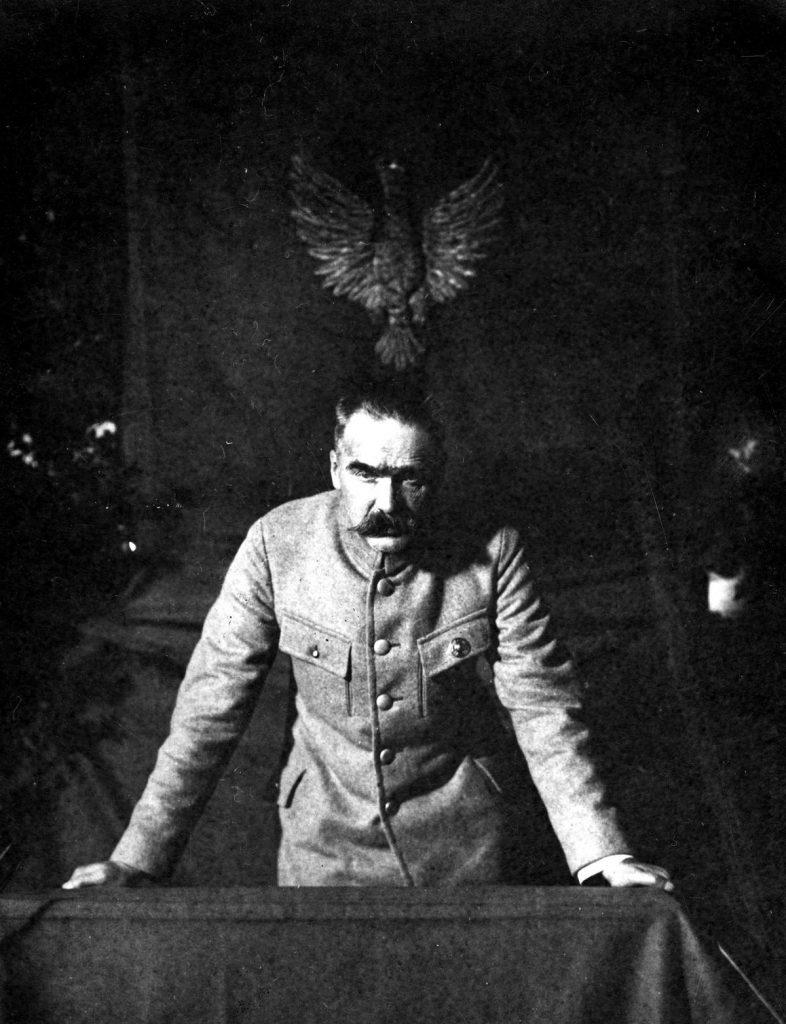 Józef Piłsudski wygłaszający odczyt w sali Starego Teatru w Krakowie. Listopad 1924 roku (domena publiczna).